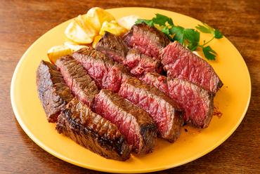 リピートNo.1。レアに仕上げた濃い肉の味を堪能する『長崎和牛のビステッカ』※写真は1kgの特大です