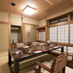 人数に合わせて利用できる座敷が大小30ほど完備された和の館