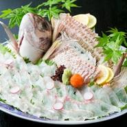 還暦祝いや結納・顔合わせにふさわしい「祝い鯛姿造り」をはじめ、旬の魚介や野菜を用いた逸品を楽しめる『お昼の顔合わせ』コースを土・日・祝日限定で用意。6名まで収容できる掘りごたつ完全個室も設えています。