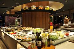 月・水・木・金曜日の平日のみ開催 メイン料理をチョイス、オードブル等はブッフェスタイルで!