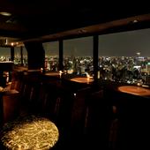 窓いっぱいに広がる名古屋の夜景でラグジュアリーな時間を過ごす