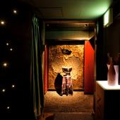 大人の隠れ家を思わせる、スポットライトに浮かび上がる入口