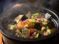土鍋で炊いた熱々の白ご飯の上には、昆布醤油で漬けにしたたっぷりの鯛のお造り。そこにゴマダレと卵黄もたっぷりと流し、ここでしか味わえない新感覚な鯛めしの龍吟仕立てです。