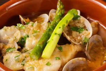 旬の真鱈とあさりの出汁が美味な『真鱈とあさりのバスク風』