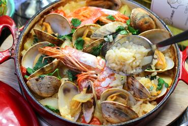 魚介のスープで炊き上げる南イタリアの炊き込みご飯『Tiella Seafood 魚介のティエッラ』