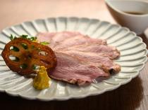 口の中でふわっと広がる肉とタレの風味がたまらない『鴨ロース』