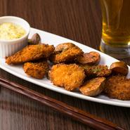 【CREATION DISH Shige】のフィッシュ&チップスの食材は、シェフの釣果で決まります。新鮮な地魚はフライにしても美味! フレッシュなフライドポテトと共に、自家製のタルタルソースでいただきます。