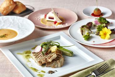 メインディッシュを選び、前菜とスイーツはブッフェスタイルで『グリルランチ』