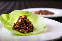 肉と香味野菜が調和した『うずら肉のそぼろ炒め、レタス包み』