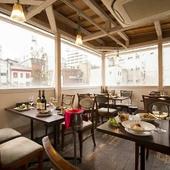 貸し切りも可能なテラス席。開放感溢れる空間で食事を満喫
