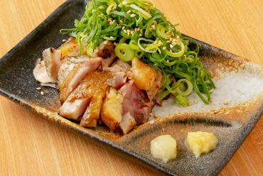 赤鶏のモモ肉とムネ肉のたたきを、たっぷり乗せたねぎとともにいただく『和歌山県産赤鶏たたきねぎまみれ』