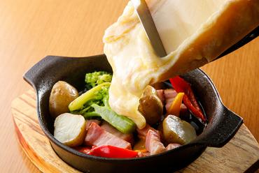 トロトロにとろけたラクレットチーズをたっぷりかけていただく『ベーコンと野菜』