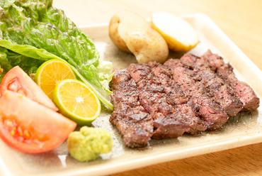 塩コショウのシンプルな味付けとわさびが旨みを引き立てる『牛ハラミステーキ』