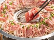 旨味たっぷりの出汁に、もちもちの黒豚と野菜をしゃぶしゃぶのようにくぐらせて頂く特製お鍋。円形状の専用鍋で頂く、見た目も華やかな逸品です。