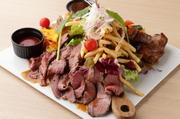 約40センチ程の大判皿に豪快に盛り付けたプレートは、ボリュームも肉質の良さも抜群です。肉の種類は入荷ごとに変わるため、グレードアップの牛や豚が入ることも。肉好きにはたまらない夢のような一皿です。