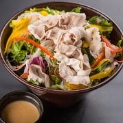 豚ロースをサッと湯引きすることで余分な脂を取り除き、お肉の香りを引き立てます。シャキシャキの野菜と共に胡麻ドレッシングでお召し上がりください。