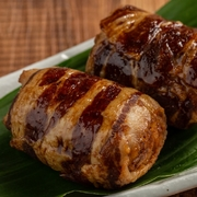 俵型のおにぎりを豚肉で巻き、焼き上げました。ご飯・お肉・タレの一体感が絶妙です。
