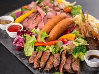 肉の魅力を食べ比べできる『牛・豚・鶏、贅沢!肉盛りプレート』