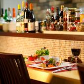 カウンターでひとり、一品料理とワインでリラックスできる