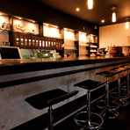 カウンター席もあり、お一人様も気軽にくつろげる店。多彩なカクテルがあるのに加え、「樽生達人の店」なので、生ビールが驚きの美味しさ。きめ細かい泡、温度とも理想的で、最上の樽生の旨さを楽しめます。