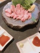 肉寿司に合うオリジナル赤酢シャリです。