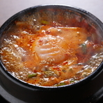 ゲストのリクエストで誕生した『スンドゥブ鍋』は酒を楽しんだ後の〆にぴったりな逸品。程よい辛さとコク、具材の旨みが凝縮した熱々の鍋には自家製のスープを使っています。