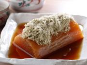 2日間かけて炊く、しっかりと味が沁みた『薪割り大根』は焼酎や日本酒との相性抜群です。ほっこりとしたおふくろの味をご飯と一緒に食事として堪能するのが通の楽しみです。