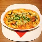 13種類以上の食材を使った韓国風の『キムチグラタン』は試行錯誤の上に完成した店オリジナルの一品です。キムチの辛みをベシャメルソースとチーズがまろやかに包み込みます。