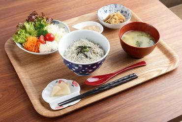 産直の新鮮なしらすたっぷり『しらす丼定食』