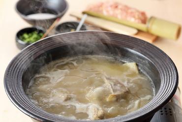 濃厚な鶏の旨みを堪能できる『伊達鶏の水炊き 〆の雑炊 果物』