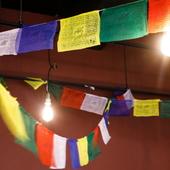色とりどりの旗やスパイスの瓶が、異国情緒をオシャレに演出