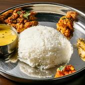 ネパールの家庭料理を一皿に盛り込んだ日替わり定食『カナセット』