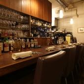 美味しい料理やワインを囲み、会話も弾む大人のデート