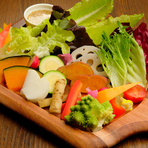 地元奈良県で採れた旬の有機・無農薬野菜を使用。アンチョビとニンニクの風味が口に広がった後に、さわやかなオリーブオイルの香りが余韻を残すソースは絶品です。季節ごとに変わる盛り方も楽しい一皿です。