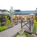 ガーデンへと続くウッドデッキに出れば、季節の植物を鑑賞することができます。