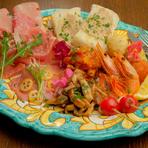 イタリア産のプロシュートとサラミを始め、鮮魚を使ったカルパッチョなど、様々な食材を楽しめる一皿。カルパッチョにレモンフレーバーのエクストラバージンオイルを使うことで、さわやかに仕上げられています。