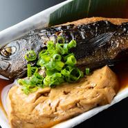 煮魚もまた鮮度が勝負。メバルのほか「かれい」「カワハギ」なども入荷していれば煮付メニューに入ります。煮汁が染みた豆腐のおいしさも格別で、お酒がすすみます。