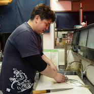 常連の方も、初めての方もそれぞれに【灘や】での時間を楽しめるよう、店主は厨房からフロアを気遣っています。「また帰ってきたくなる」そんなお店です。