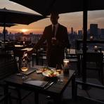 美しい夕日を眺めながらテラス席でデート