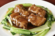 角煮に最適な肉質の豚肉を厳選仕入れ。一度揚げてから煮込むことで旨みを閉じ込め、余分な脂を除いた手間ひまかけた一品。香辛料不使用なので、日本らしい誰もが美味しい笑顔になれる一品に仕上がっています。