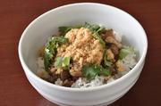 丁寧に包丁で切った三枚肉の存在感。日本では珍しい台湾南部で親しまれている『魯肉飯』です。香辛料も、カジキマグロのでんぶ「魚髭」も台湾南部から取り寄せ、本場の味を再現しています。