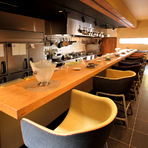 カウンターには、北欧デンマークの老舗インテリアブランド「フリッツ・ハンセン」社製ミナスキュールを使用。デザイナー セシリエ・マンツ氏による座り心地と質感の良いチェアで、ゆったり食事と会話を楽しめます。
