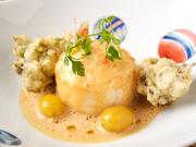 北海道産帆立貝柱、銀杏、ふきのとうを使用。オーブンでふっくら焼き上げ、柔らかく帆立の甘みやクリーミーな食感を楽しめます。スフレと海老風味の香りのマリアージュが、至福を運んでくれます。