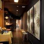 料理も器も内装も。随所に高橋氏の独創的な感性があふれる【和モダンフレンチ たかはし】。味、香り、食感、マリアージュ、デザイン、居心地など、トータルバランスの良差を意識したおもてなしを受けられます。