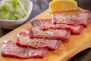ブロックを店内で贅沢に厚切り、特製塩ダレで食す『元祖ネギ塩牛タン』