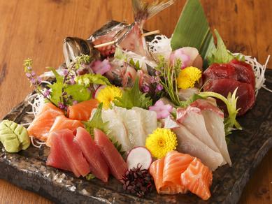 豊かな海で育まれる新鮮な旬の魚介類を華やかに盛り合せた『鮮魚盛り合わせ』