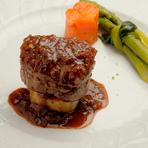柔らかいお肉を旬のフルーツを使ったソースが引き立てる『仔牛フィレステーキ ラ・フランスのソース』