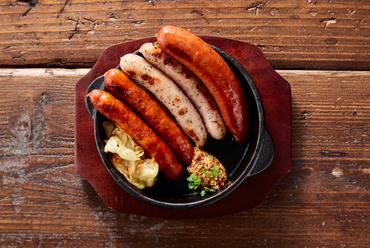目の前でグツグツ焼き上げるチーズフォンデュとジャーマンポテト