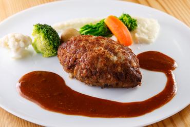 肉汁をぎゅっと閉じ込めた『黒毛和牛100%ハンバーグステーキ』