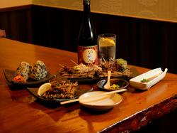 新鮮な肉刺身やその日一番のおすすめの牛串、〆には名物の『なかのおにぎり』が付いたコースです。